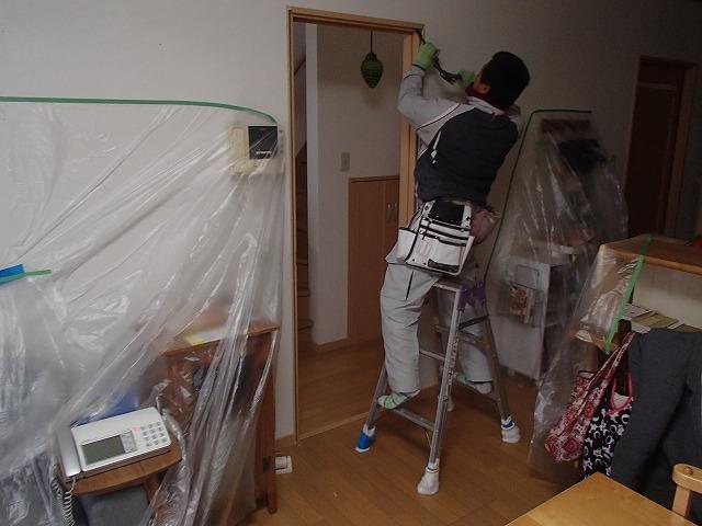 室内を養生 ドアと枠を取り外し